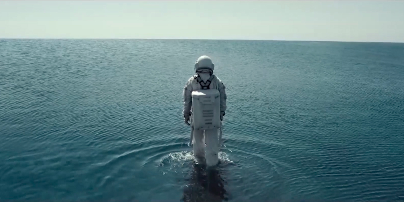 Astronaut explores water in Mercado Libre ad by Gut.