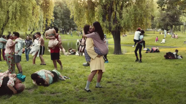 Extra Gum commercial lots of people kissing in a park