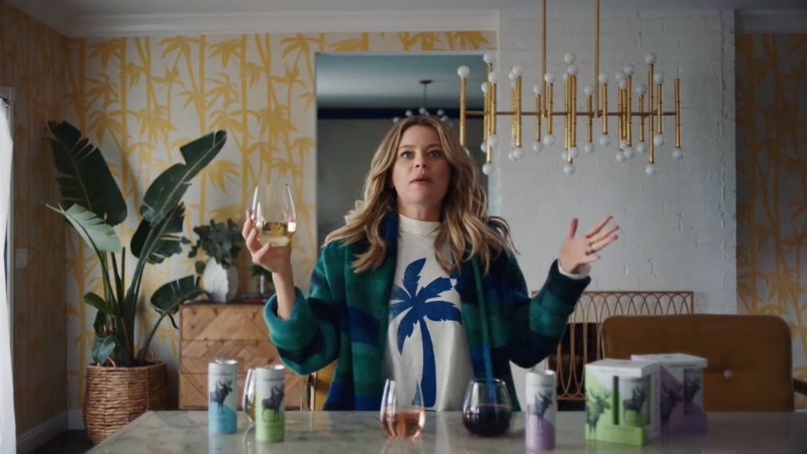 Elizabeth Banks causes chaos in a kitchen